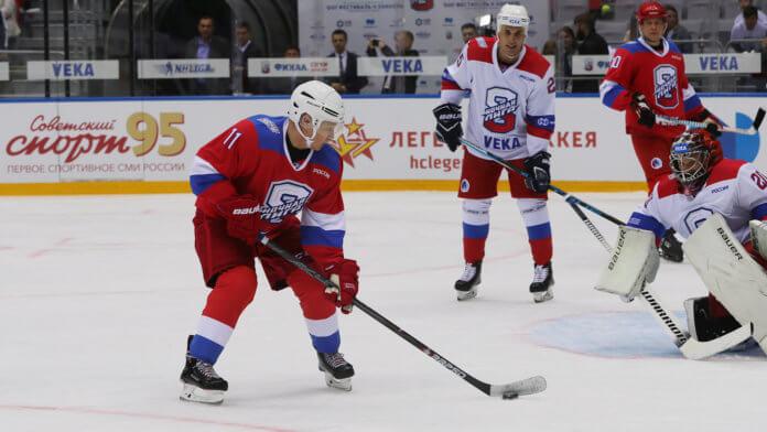 Vladimir Putin practicando hockey sobre hielo en Sochi, Rusia.